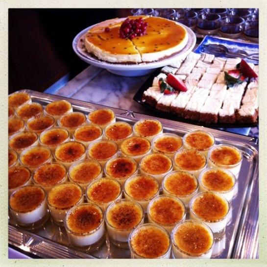 En mycket liten del av dessertbordet...