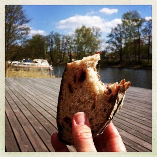 Mackan efter årets första dopp är alltid den godaste. Det här var dessutom råg/tranbärsbröd med mandelsmör - mums!
